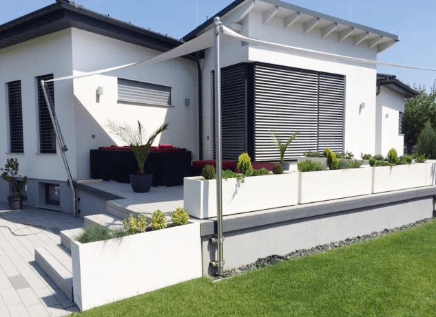 Abgrenzung Terrasse mit weißen Pflanzkisten