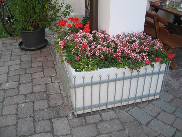 Blumenkasten nach Maß mit Gitterschutz